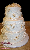 Celebrate your Wedding with an Beautiful White Wedding Cake with Flowers