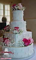 Celebrate your Wedding with an Beautiful Wedding Cake with Fresh Roses