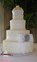 Celebrate your Wedding with an Beautiful White Wedding Cake with Enchanting Swirls